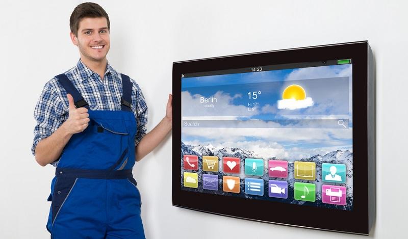 Tipps, wie etwas zu reparieren ist, holen sich die meisten Heim-Handwerker per App längst aus dem Internet und lassen die Infos per Smartphone oder Tablet direkt zur Baustelle liefern. (#01)