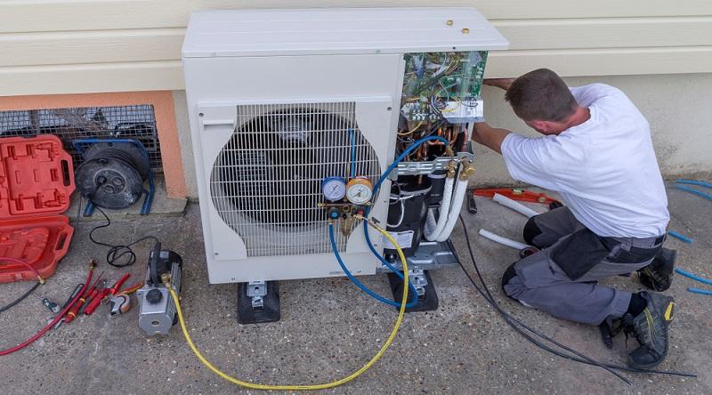 Im Prinzip lässt sich die Funktion von Luftwärmepumpen mit dem Kühlschrank vergleichen. Dieser zieht allerdings die warme Außenluft an und kühlt diese herunter, sodass der Inhalt des Geräts kalt gehalten wird. Luftwärmepumpen aber ziehen die kalten Außenluft an und erhitzen diese unter Einsatz von Druck und mithilfe des Kältemittels.