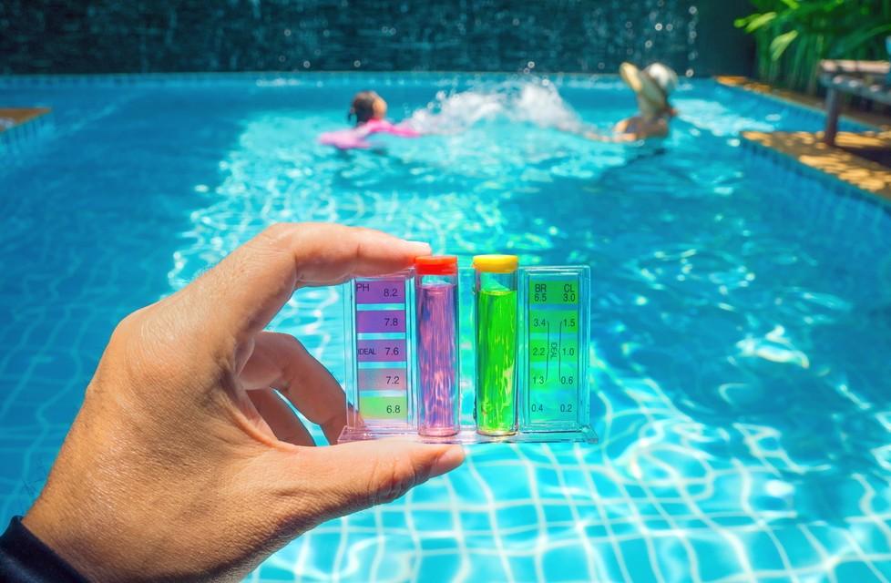 Alternativ zu pH-Sensoren besteht auch die Möglichkeit, den pH-Wert auf chemischem Wege festzustellen. Teststreifen und wie hier sichtbar, Testtabletten und Teströhrchen helfen. (Foto: shutterstock - oneSHUTTER oneMEMORY, #1)