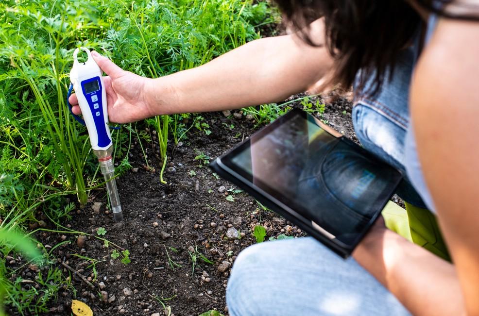pH-Sensoren sind längst digital. Wie hier zu sehen, nehmen sie Aufgaben in Landwirtschaft und Gartenbau wahr, werden oftmals per App vom Smartphone aus gelesen. Die Automatische Ph-Wert-Messung liefert im zeitalter von IoT die Daten direkt in das ERP-System. (Foto: shutterstock: Deyan Georgiev)