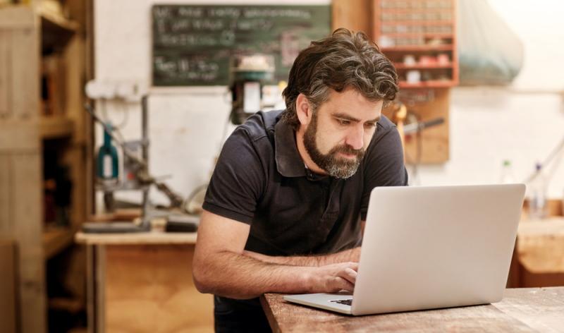 Immer mehr von Handwerker sind Kunden von Onlineshops, dennoch sind es Händler, die sich der größeren Beliebtheit erfreuen.