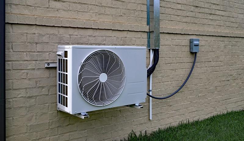 Die Luftwärmepumpe ist die günstigste Variante in der Anschaffung, verbraucht dafür aber auch am meisten <strong>Strom</strong>. Bei dieser Technik wird der Außenluft Wärme entzogen und zum Heizen genutzt wird.  ( Foto: Shutterstock-C5 Media )