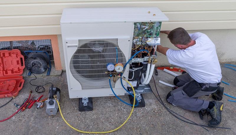 Wer sich für eine Wärmepumpe als primäre Heizquelle interessiert, der sollte sich zunächst über die verschiedenen technischen Systeme informieren.  (Foto: Shutterstock-_JPC-PROD)