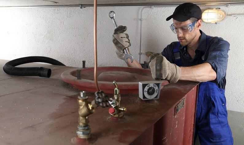 Alte Ölheizungen verlieren über die heißen Abgase sehr viel Wärme. Für die Öl-Heizung gilt ein Wirkungsgrad von 90 Prozent, was einfach nicht mehr zeitgemäß ist. ( Foto: Shutterstock-riopatuca )