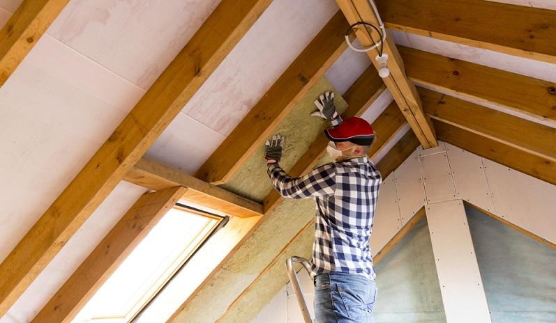 Besitzt man eine Immobilie wird schnell klar, dass es eigentlich immer etwas zu tun gibt. An oberster Stelle auf der To-do-Liste stehen da häufig Reparaturen im Haus. ( Foto: Shutterstock-Arturs Budkevics )