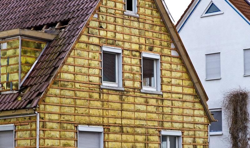 Bei vielen Altbauten wurde bei der Gebäudeplanung auf eine ideale Dämmung noch keinen großen Wert gelegt. Einige der Systeme gab es zu ihrer Bauzeit noch gar nicht.  ( Foto: Shutterstock- Juergen Faelchle )