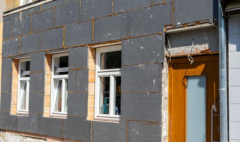 Bevorzugt wird die Dämmung immer an der Fassade eines Gebäudes angebracht.  ( Foto: Shutterstock-   Marc Bode)