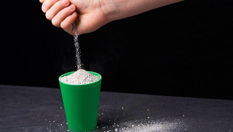 Perlite sind als Schüttung verfügbar und daher nur in einem zweischaligen Mauerwerk oder in dämmstoffgefüllten Ziegeln verwendbar.   ( Foto: Shutterstock- Boliukh Oleksandr  )