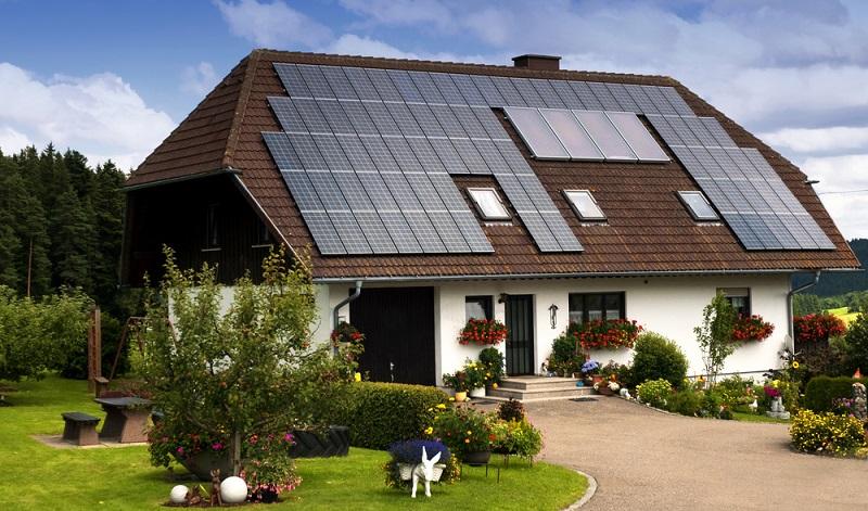 Die Anlagen zur Solarthermie können die vorhandene Heizung unterstützen und im Sommer sogar bis zu 100 Prozent der benötigten Wärme liefern. ( Foto: Shutterstock- atm2003 )