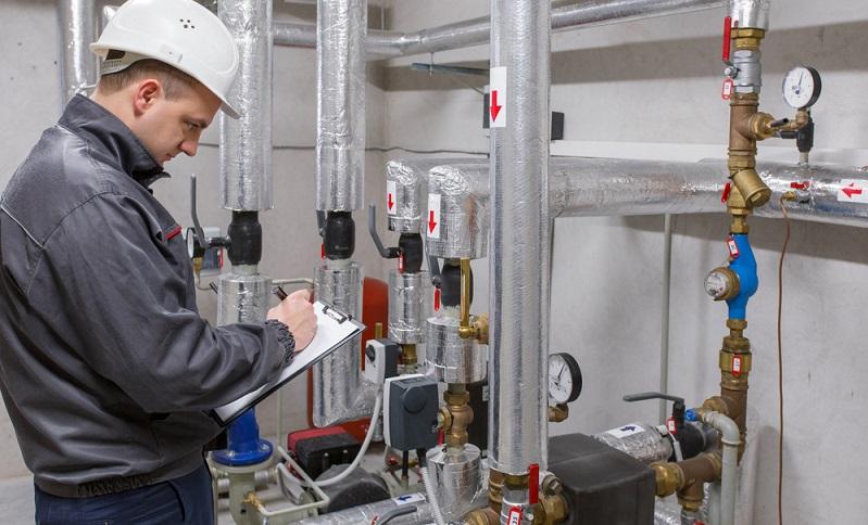 Eine Wärmepumpe muss durch einen Fachmann in Betrieb genommen werden (Foto: Shutterstock-Kaspars Grinvalds )